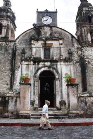 hombre con catedral